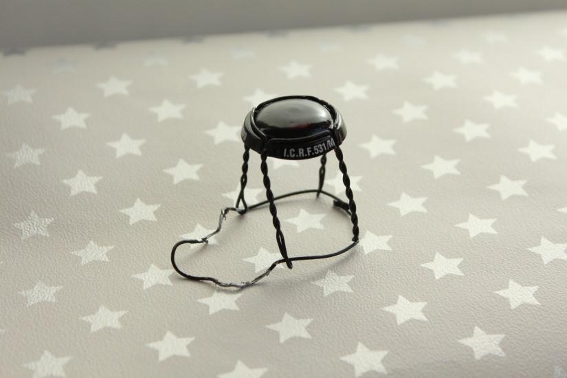 mini-miniature-chaise-fer-fil-champagne-bouchon-caspule-maison-meuble-poupée-jardin-sylvanian-playmobil-figurine-faile-diy-tuto-bricolage (2)