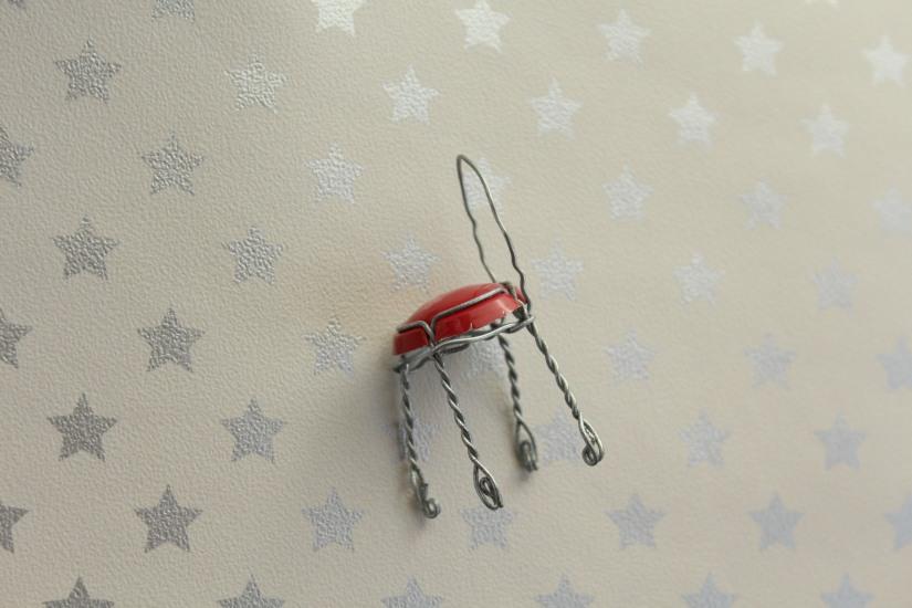 mini-miniature-chaise-fer-fil-champagne-bouchon-caspule-maison-meuble-poupée-jardin-sylvanian-playmobil-figurine-faile-diy-tuto-bricolage