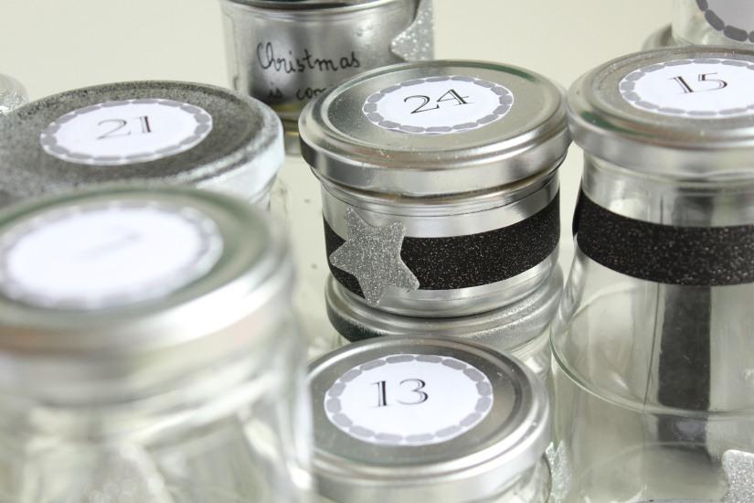 diy-avent-advent-calendrier-calendar-brico-tuto-jar-bocal-bocaux-peinture-paillettes-recup-recyclage-verre-facile-pas-cher-gratuit-idee-noel-vacances-enfant-kid (13)