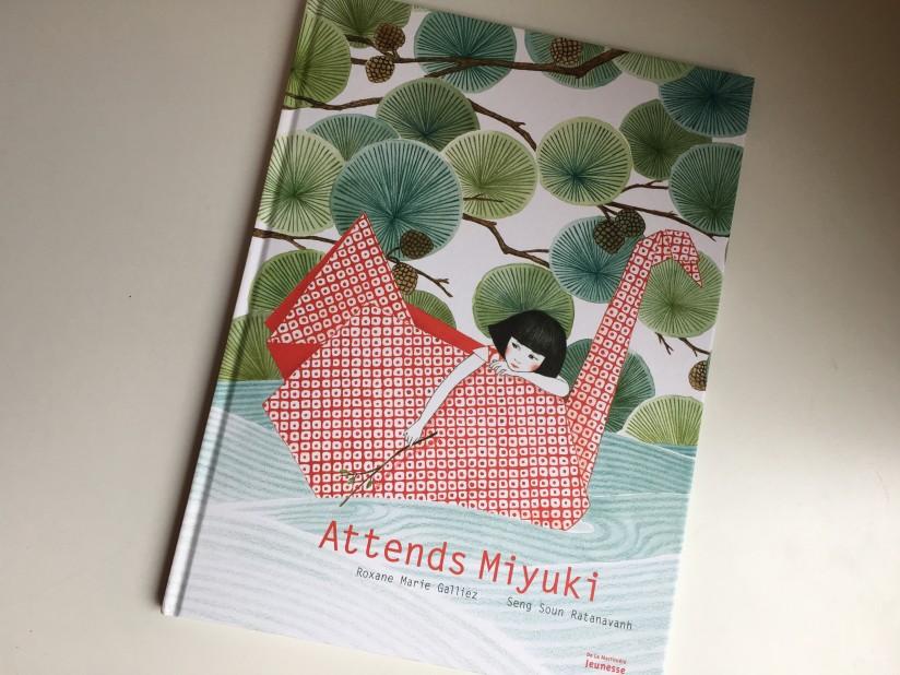 attends-miyuki-delamartiière-jeunesse-seuil-edition-album-jeunesse-livre-patience-japonais-origami-univers