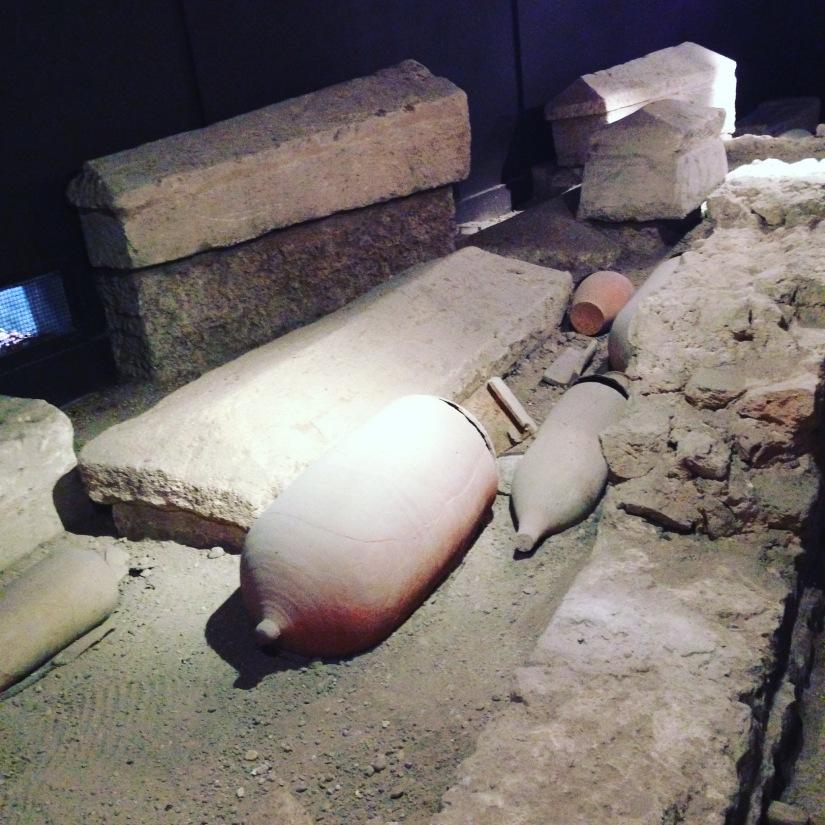 site-archeologique-saint-seurin-eglise-bordeaux-cimetiere-tombe-amphore-tombe-pierre-histoire-historique-ancetre-visite-office-tourisme-gironde-decouverte. (1)