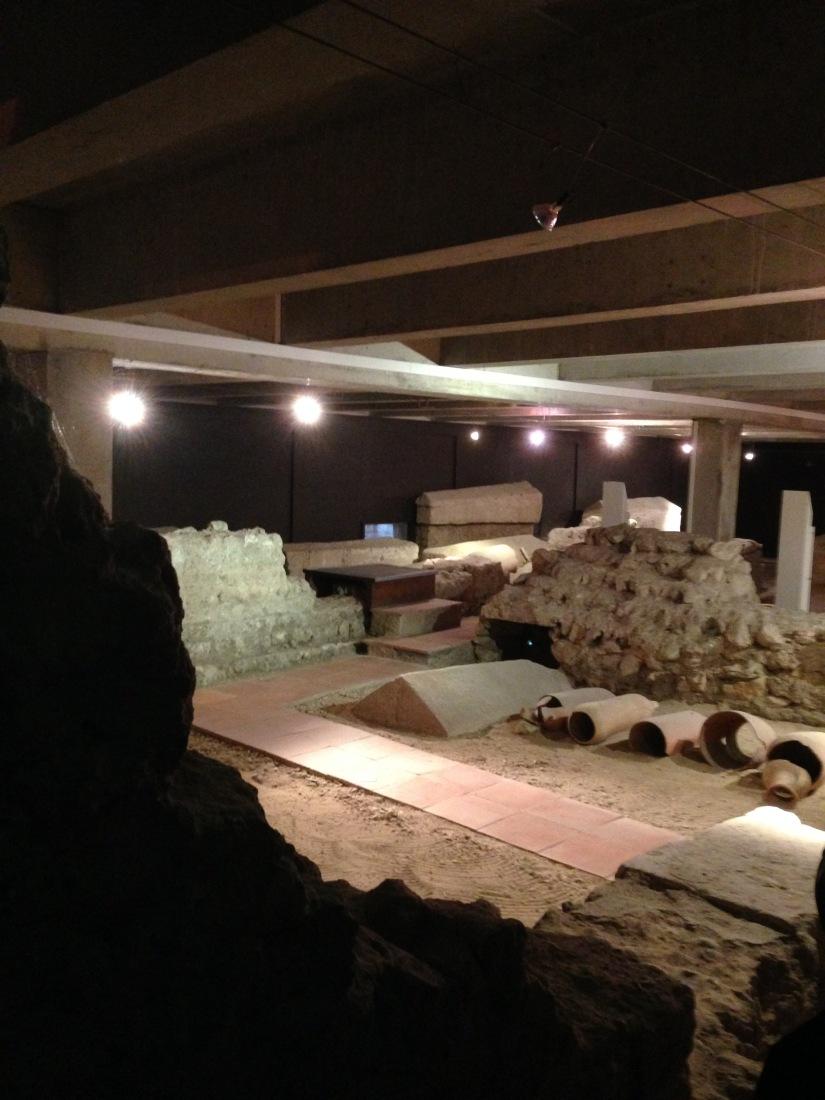 site-archeologique-saint-seurin-eglise-bordeaux-cimetiere-tombe-amphore-tombe-pierre-histoire-historique-ancetre-visite-office-tourisme-gironde-decouverte. (6)