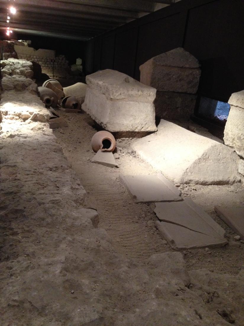 site-archeologique-saint-seurin-eglise-bordeaux-cimetiere-tombe-amphore-tombe-pierre-histoire-historique-ancetre-visite-office-tourisme-gironde-decouverte. (8)