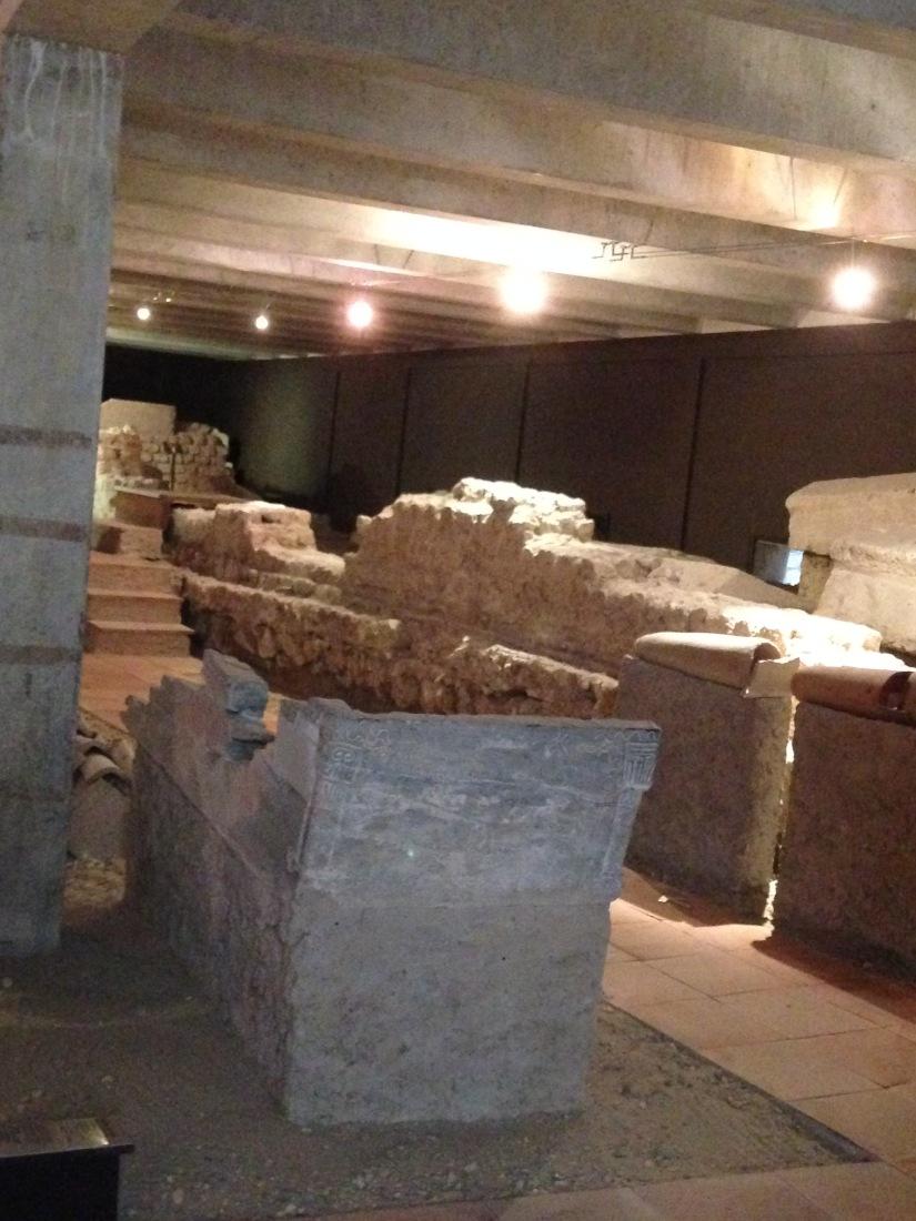 site-archeologique-saint-seurin-eglise-bordeaux-cimetiere-tombe-amphore-tombe-pierre-histoire-historique-ancetre-visite-office-tourisme-gironde-decouverte