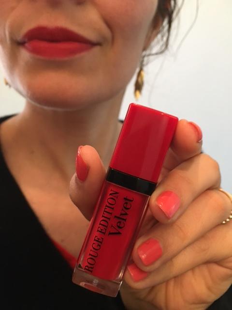bourjois-rouge-levres-edition-velvet-pteapotes-maman-bordeaux-rose-tenue (2)