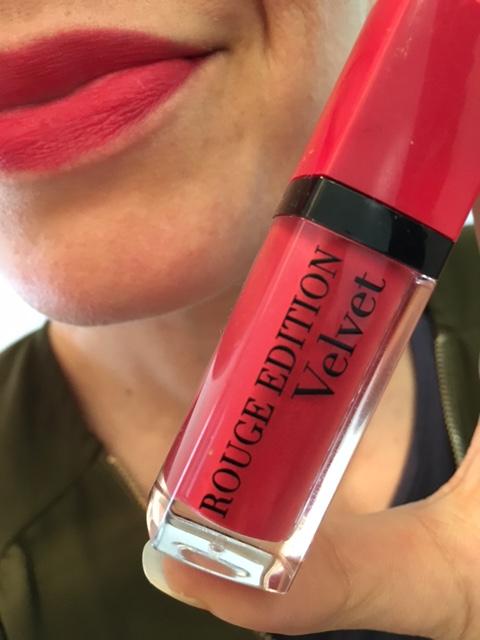 bourjois-rouge-levres-edition-velvet-pteapotes-maman-bordeaux-rose-tenue