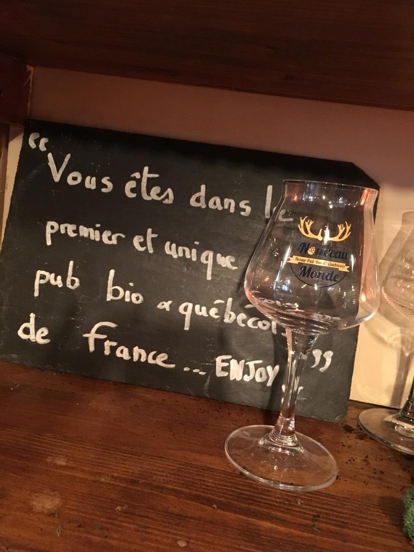 broue-pub-bar-brasserie-biere-quebec-quebecois-bordeaux-poutine-artisanal-bio-ambiance-verre-nouveau-monde